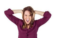 Nätt brunett som ropar med händer på huvudet Royaltyfri Foto