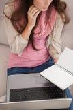 Nätt brunett som studerar med bärbara datorn Royaltyfri Bild
