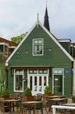Nätt cafe i Monnickendam, Nederländerna Arkivfoto