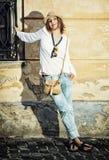 Nätt caucasian kvinna som poserar med den stilfulla handväskan i det courty Arkivbilder