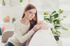 Nätt charmig lugna söt härlig tonåring med rakt hår fotografering för bildbyråer