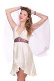 Nätt dam i den ljusa charmiga klänningen som isoleras på Arkivfoto