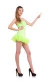 Nätt dam i den ljusa charmiga klänningen som isoleras på Arkivbild