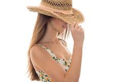 Nätt dam i sugrörhatt och sarafan med blom- posera för modell som isoleras på vit bakgrund Arkivbild