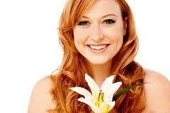 Nätt dam som poserar med liljablomman Royaltyfri Bild
