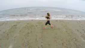 Nätt damspring på stranden, utbildning för sportkonkurrens, löpare stock video