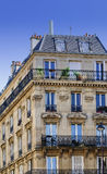 Nätt elegant flerfamiljshus Paris Frankrike Arkivbild