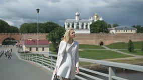 Nätt elegant kvinna som promenerar bron lager videofilmer