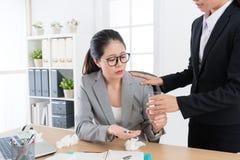 Nätt elegant kvinnlig kontorsarbetare som äter preventivpillerar Arkivfoton