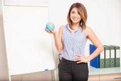 Nätt engelsk lärare i ett klassrum Royaltyfri Bild