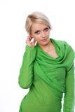 Nätt förföriskt blont i en grön klänning royaltyfria foton
