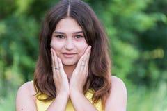 Nätt flicka 14 år gammalt posera på naturen av sommar Arkivfoton