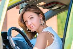 Nätt flicka bak hjulet av en bil Royaltyfria Foton