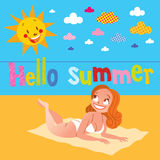 Nätt flicka för Hello sommar som solbadar på stranden Royaltyfri Foto