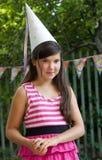 Nätt flicka för liten preteen med tjockt brunt hår royaltyfri foto
