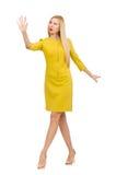 Nätt flicka i den gula klänningen som isoleras på viten Arkivbild