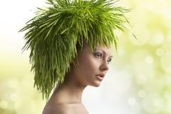 Nätt flicka i ekologisk stående Arkivfoton