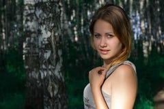 Nätt flicka i en härlig skog royaltyfri foto