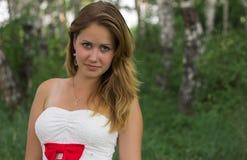 Nätt flicka i en härlig skog arkivfoton