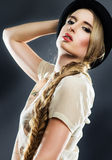 Nätt flicka i en hatt Fotografering för Bildbyråer