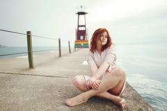 Nätt flicka i en strand arkivbild