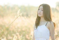 Nätt flicka i en vårblommaträdgård Royaltyfri Fotografi