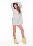 Nätt flicka i en vit tröja Royaltyfria Bilder