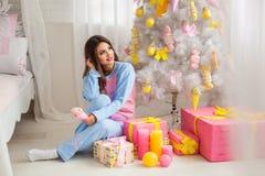 Nätt flicka i pyjamas Arkivbild