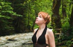Nätt flicka i skog Fotografering för Bildbyråer