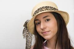 Nätt flicka i utsmyckad hatt Royaltyfri Fotografi