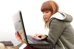 Nätt flicka med bärbar datordatoren Royaltyfri Foto