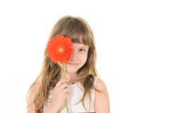 Nätt flicka med blommor för mamma royaltyfri foto