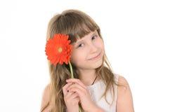 Nätt flicka med blommor för mamma royaltyfri bild