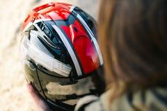 Nätt flicka med den beställnings- motorcykelhjälmen arkivbild
