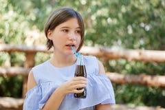 Nätt flicka med den nya drinken utomhus Picknick på naturen Arkivfoto