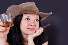 Nätt flicka med en cigarr och en whiskey Arkivbild