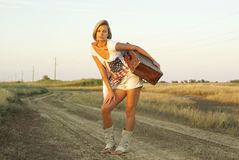 Nätt flicka med en resväska Arkivbild