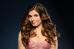 Nätt flicka med härlig hår- och professionellmakeup royaltyfria foton