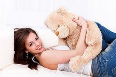 Nätt flicka med henne nallebjörn Arkivbild