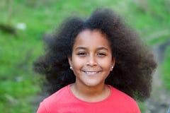 Nätt flicka med långt afro hår Arkivfoto