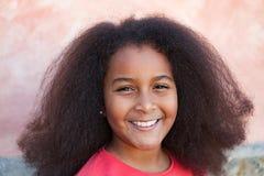 Nätt flicka med långt afro hår i trädgården Royaltyfria Bilder