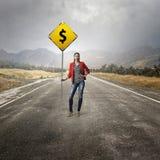 Nätt flicka med roadsign Blandat massmedia Royaltyfria Foton