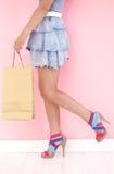 Nätt flicka med shoppingpåsen Arkivfoton