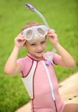 Nätt flicka med skyddsglasögon och snorkel i sommar Arkivfoton