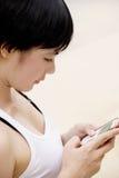 Nätt flicka och mobiltelefon Arkivfoton