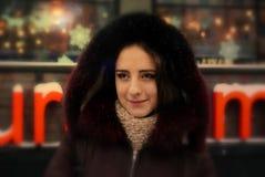 Nätt flicka på vintergatorna av en stad Royaltyfri Foto