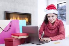 Nätt flicka som använder en bärbar dator för att shoppa direktanslutet Arkivfoton