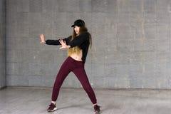 Nätt flicka som dansar modern dans arkivfoton