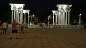 Nätt flicka som går i parkera av semesterorten Batumi stad, Georgia lager videofilmer