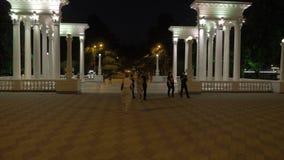 Nätt flicka som går i parkera av semesterorten Batumi stad, Georgia arkivfilmer